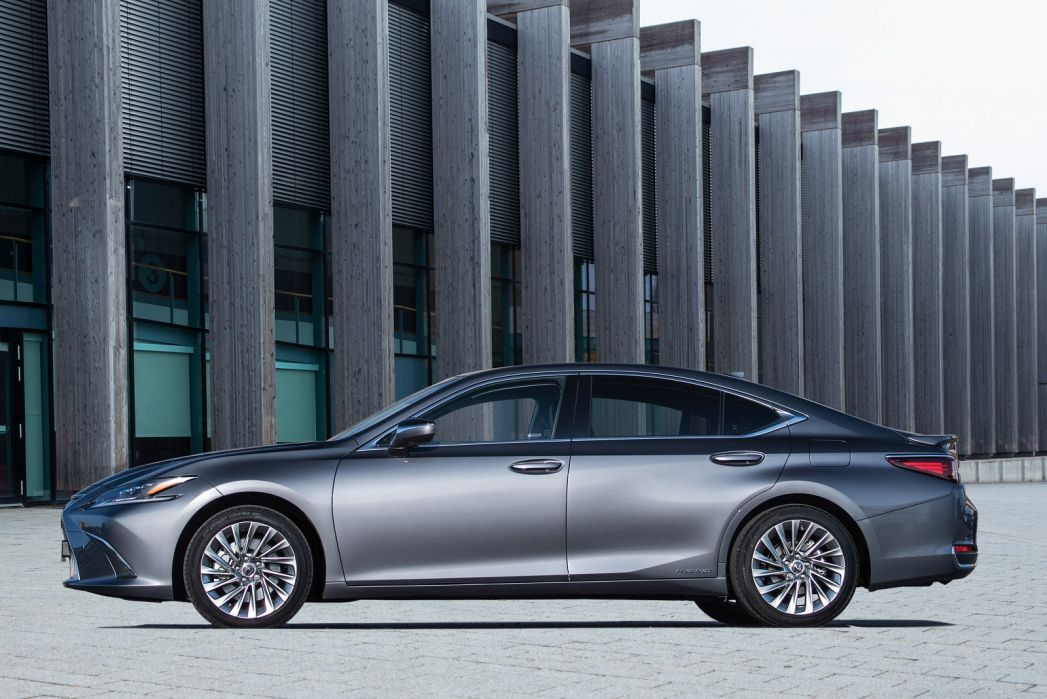 Video Review: Lexus ES Saloon 300H 2.5 4dr CVT [without NAV]