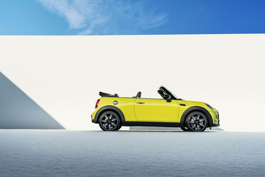 Video Review: Mini Convertible 1.5 Cooper Exclusive 2dr [comfort/NAV Pack]