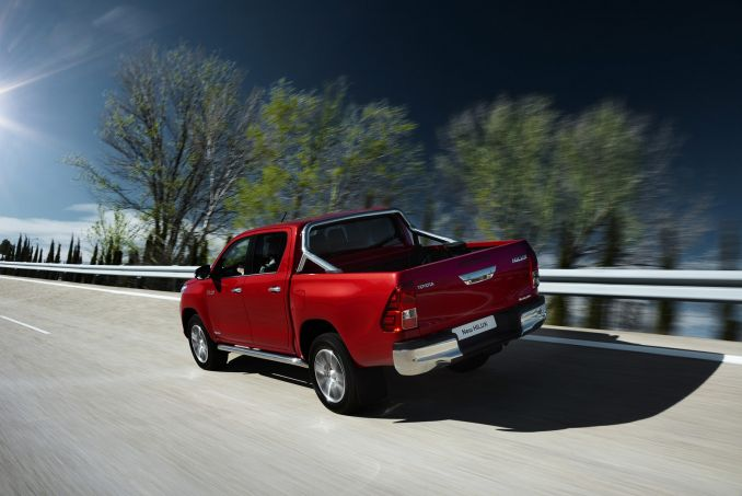 Image 3: Toyota Hilux Diesel Invincible D/CAB Pick UP 2.4 D-4D