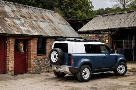 Video Review: Land Rover Defender Diesel Estate 3.0 D300 SE 110 5dr Auto [7 Seat]